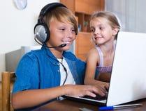 Niños que juegan a los juegos onlines Imágenes de archivo libres de regalías