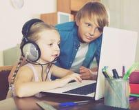 Niños que juegan a los juegos onlines Fotos de archivo