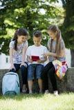 Niños que juegan a los juegos video al aire libre fotos de archivo libres de regalías