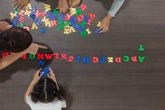 Niños que juegan los juguetes coloridos fotos de archivo