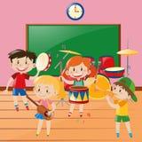 Niños que juegan música en sala de clase Fotos de archivo libres de regalías
