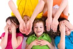 Niños que juegan Peekaboo Imágenes de archivo libres de regalías