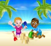 Niños que juegan por el mar Fotos de archivo libres de regalías