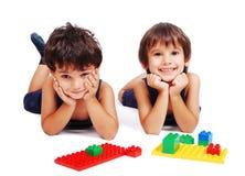 Niños que juegan y que aprenden en backgrou aislado Foto de archivo libre de regalías