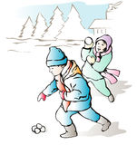 Niños que lanzan bolas de la nieve foto de archivo libre de regalías
