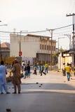 Niños que lanzan la policía india Cachemira de las rocas Imagenes de archivo