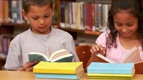 Niños que leen en la escuela almacen de metraje de vídeo
