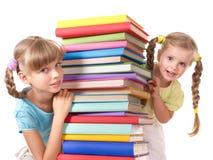 Niños que leen la pila del libro. fotos de archivo libres de regalías