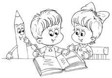 Niños que leen un libro Fotografía de archivo