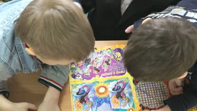 Niños que leen un libro en una sala de clase almacen de video