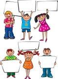 Niños que llevan a cabo a tableros en blanco Imagenes de archivo