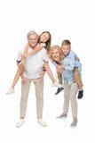 Niños que llevan a cuestas en abuelos fotos de archivo