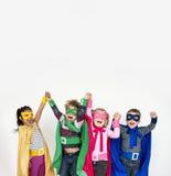 Niños que llevan el traje del super héroe imagenes de archivo