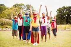 Niños que llevan la situación del traje del super héroe Imagen de archivo