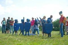 Niños que luchan con el escudo Imagen de archivo