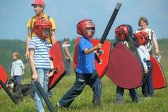 Niños que luchan con el escudo Fotos de archivo