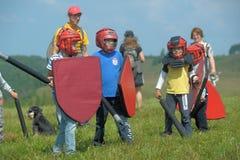 Niños que luchan con el escudo Imagenes de archivo