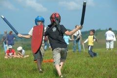 Niños que luchan con el escudo Foto de archivo libre de regalías