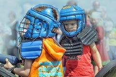 Niños que luchan con el escudo Imágenes de archivo libres de regalías