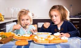 Niños que mastican las tortas imagenes de archivo