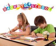 Niños que miran con de nuevo al tema de la escuela aislado en blanco fotografía de archivo libre de regalías