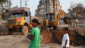 Niños que miran el cavador delante del templo Virupaksha metrajes