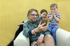 Niños que miran el vídeo en smartphone Imagen de archivo libre de regalías
