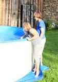 Niños que miran en una piscina foto de archivo