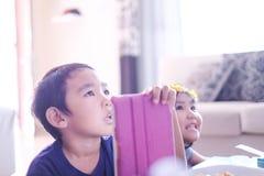 Niños que miran la televisión en casa imágenes de archivo libres de regalías