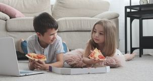 Niños que miran película en casa almacen de metraje de vídeo