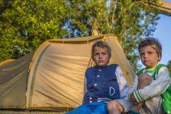 Niños que miran puesta del sol Fotos de archivo libres de regalías