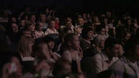 Niños que miran una demostración en el teatro 1. almacen de metraje de vídeo