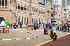 Niños que montan en la competencia de la mini-bici, Malasia fotos de archivo