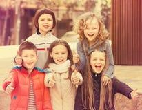 Niños que muestran los pulgares para arriba Imagen de archivo libre de regalías