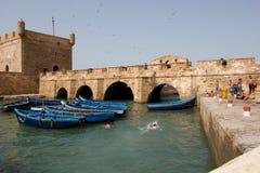 Niños que nadan en el puerto de Essaouira Foto de archivo libre de regalías