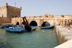 Niños que nadan en el puerto de Essaouira Fotos de archivo libres de regalías