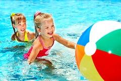 Niños que nadan en piscina. Foto de archivo