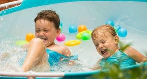 Niños que nadan en piscina del niño Fotografía de archivo
