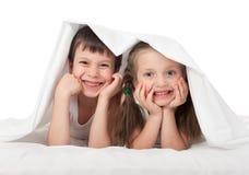 Niños que ocultan debajo de la manta Fotografía de archivo