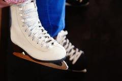 Niños que patinan en invierno Imágenes de archivo libres de regalías