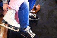 Niños que patinan en invierno Fotografía de archivo libre de regalías