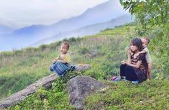 Niños que pertenecen para ennegrecer la tribu de Hmong Imágenes de archivo libres de regalías