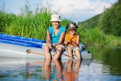 Niños que pescan en el río Fotografía de archivo libre de regalías