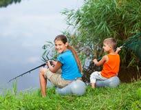 Niños que pescan en el río Imagen de archivo