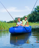 Niños que pescan en el río Foto de archivo libre de regalías