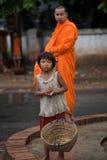 Niños que piden durante la procesión de monjes locales fotografía de archivo libre de regalías