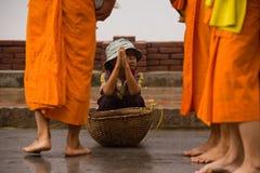 Niños que piden durante la procesión de monjes locales imágenes de archivo libres de regalías