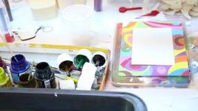 Niños que pintan con la arena coloreada metrajes