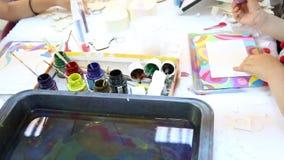 Niños que pintan con la arena coloreada almacen de video