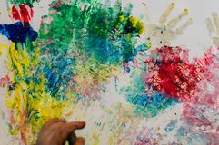 Niños que pintan con la pintura del emisor de ultrasonidos Fotografía de archivo libre de regalías